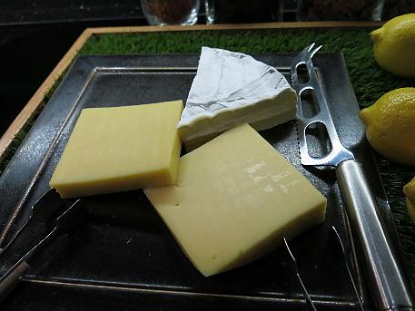 conrad_osa2_lounge_night_cheese.jpg